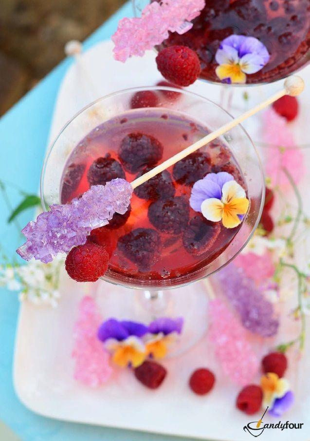 Vodka-málna pezsgőkoktél. A receptet a kifoztuk.hu oldalon találjátok: http://kifoztuk.hu/receptek/alkoholos-alkoholmentes-italok/item/vodkamalnas-pezsgkoktel-recept