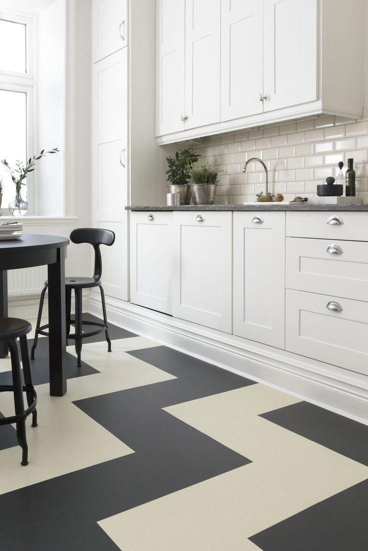 Forbo Flooring har kolleksjonen Marmoleum Click. Her i svart og hvitt sikksakk mønster. www.forbo-flooring.no