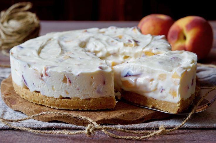 Se state cercando un Cheesecake semplice e goloso, il Cheesecake Facile alle Pesche fa proprio al caso vostro! Per realizzarlo non sono necessarie le fruste elettriche ed è altamente personalizzabile: possiamo utilizzare il tipo di formaggio e di biscotti che ci piaccionodi più e possiamo aggiungere tranquillamente ingredienti alla crema. Vediamo la Ricetta!