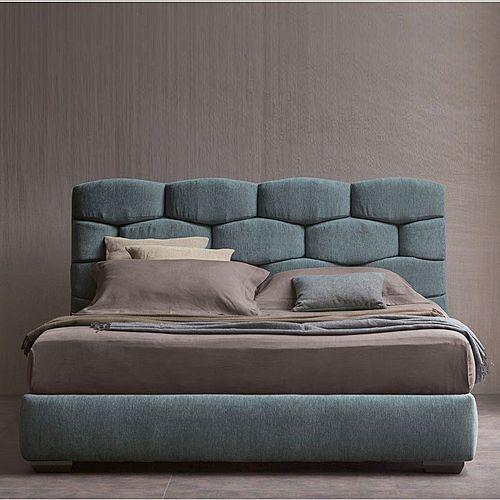 Eine Wirkungsvolles Doppelbett Bei Dem Der Prchtige Stoff Dominiert Vor Allem In