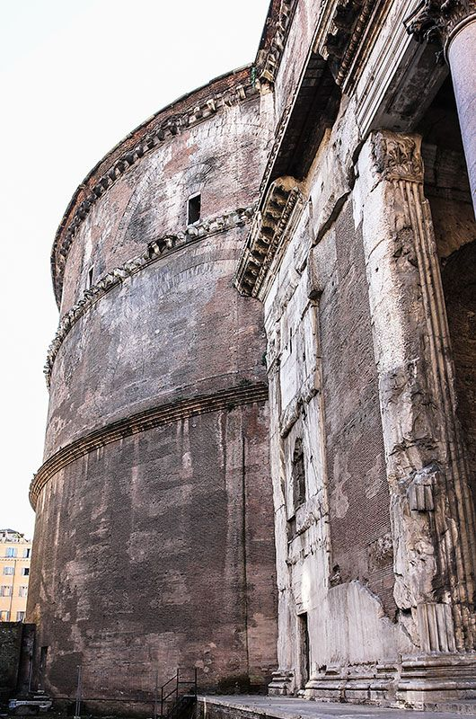 The exterior of the rotunda of the Pantheon is simply designed and is only divided by three cornices. Clearly visible are the relief brick arches that capture the enormous thrust of the dome. There is no trace that the facade would have been dressed in ancient times. #italy #rome #pantheon #architecture #exterior #rotonda #travel