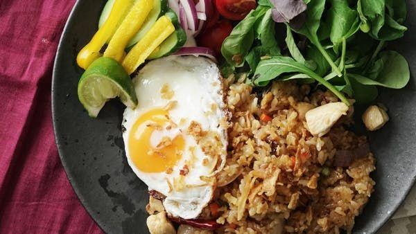 ナシゴレン ~ レシピ  ||  ビデオ指示付きレシピ: 定番インドネシア料理のナシゴレンを自宅で作ってみましょう! 材料: ご飯(固め炊き)200g, 鶏胸肉(1.5cm角に切る) 50g, エビ 5尾, 人参(5mm角に切る) 1cm分, 紫タマネギ(1cm角に切る) 30g, インゲン(1cm角に切る) 2本, ニンニク(薄切り) 1片, 赤唐辛子 1本, サラダ油 大さじ1, ライム, フライドオニオン, 《調味料》, ナンプラー 大さじ1, しょうゆ 大さじ1/2, スイートチリ 大さじ1, コショウ 適宜, 《添え野菜》, きゅうり, 紫玉ねぎ, ミニトマト, パプリカ, 《目玉焼き》, 卵 1個, サラダ油 大さじ1 https://www.tastemade.jp/videos/4mdkbl7xv3ry58enjogp2awq?utm_account=tastemade&utm_campaign=crowdfire&utm_content=crowdfire&utm_medium=social&utm_source=pinterest