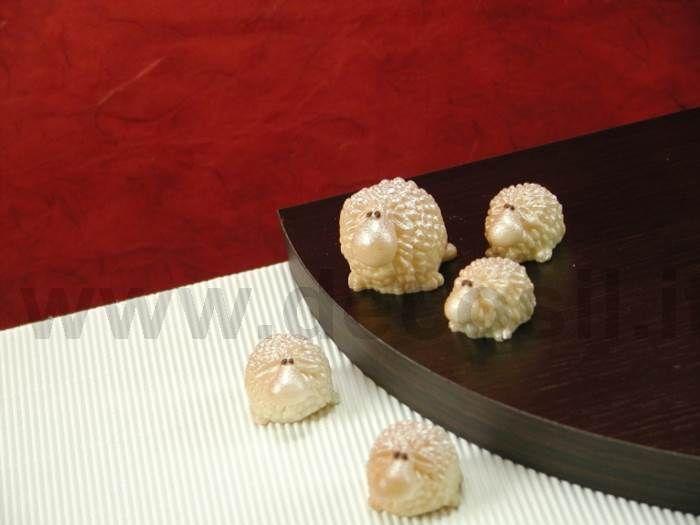 Stampo Pecorelle Simpatiche - Stampo in silicone alimentare per riprodurre 6 simpatiche pecore delle dimensioni in scala, dalla più grande alla più piccola, realizzabili in cioccolato, marzapane, zucchero isomalto. Dallo stampo sformerai bon bon e cioccolatini a forma di simpaticissime percorelle che potrai confezionare per la vendita o utilizzarle per composizioni su Panettoni decorati, Pini di cioccolato e Presepi di cioccolato e per allestire le vetrine natalizie della tua pasticceria.