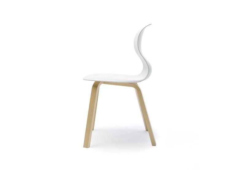 """FLOETOTTO PRO 6 - Gemeinsam mit Konstantin Grcic hat das deutsche Familienunternehmen FLÖTOTTO einen Stuhl entwickelt, der an die Jahrzehnte alte Tradition in der Herstellung von Schulmöbeln anknüpft. Grundlage für die spezielle Gestaltung der Sitzschale sind aktuelle Studien zum Thema """"Aktives Sitzen"""". So verfügt die Sitzschale über eine sehr prägnante geschwungene Form, die einen besonderen Sitzkomfort bietet."""