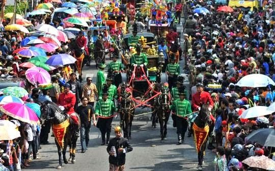 Semarang and surrounding communities cornucopia along the way youth to menyaksikan typical annual event in the city of Semarang. mayor waved in welcome cheering citizens, even often many people who dared to try to get to the golden kerta mayor just to shake hands.