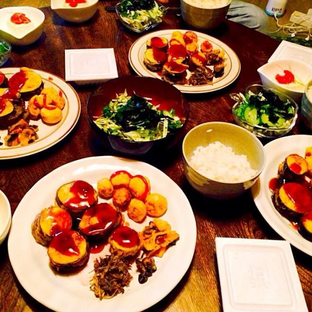 茄子が美味しい季節なんで大好きな挟み揚げしました。ちょっと手間かかるけど皆に絶賛されたので嬉しかったです。 - 14件のもぐもぐ - 生野菜とワカメのサラダと茄子の挟み揚げの甘酢あんかけと男爵芋のフライとエノキと舞茸のカレー風味炒めと自家製キムチと茄子の浅漬けと納豆と麦ご飯 by toki69