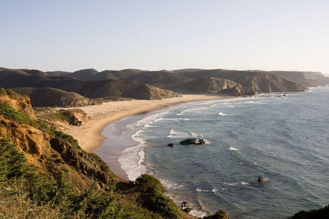 Surf en Portugal | via Revista Viajar | 23/08/2016 Una de las mejores zonas de Europa para practicar surf es la costa de Portugal. El Algarve, situado en la zona sur del país, es uno de los destinos preferidos para aquellos que van buscando sol, grandes playas y por supuesto, buenas olas. Este también es uno de los motivos por los que surfistas de todo el mundo acuden aquí... Sus costas están bañadas por el océano Atlántico y atraen a los aficionados al
