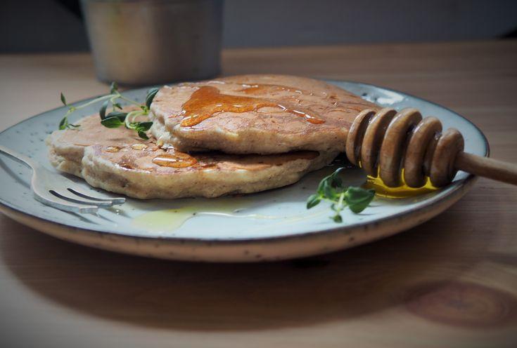 Gryczane placuszki z jabłkami, miodem i cynamonem to idealna propozycja dla zabieganych osób, które cenią sobie zdrowe, sycące śniadanie!