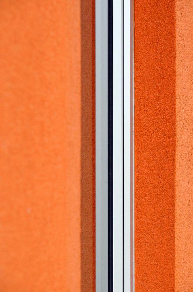 https://flic.kr/p/yMX8T5   orange, silver   Seen at Wirtschaftsuniversität Wien (university for economics, Vienna).
