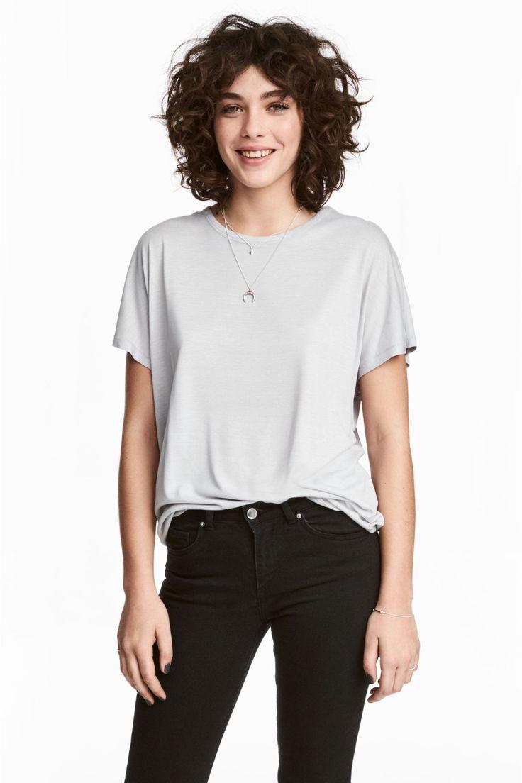 Camisola de mangas curtas: Camisola em jersey de viscose macio e encrespado. Modelo largo com mangas curtas a cobrir o ombro e base ligeiramente arredondada.