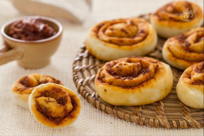 Le girelle alla sardella sono soffici rotoli di pasta di pane condite con la sardella, un prodotto tipico calabrese.