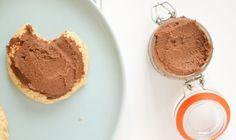 """Ze noemen het ook wel """"chocolade hummus"""" en het is een gezonde chocoladepasta op basis van kikkererwten. Ik zoette hem met dadels. Overheerlijk!"""