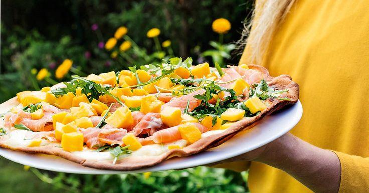 Recept: Pizza med kallrökt lax och mango