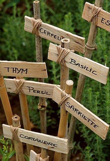 Voici quelques exemples d'étiquettes faciles à réaliser avec des matériaux récupérés : Nous avions déjà expérimenté ces étiquettes avec du bambou ou des morceaux de bois, du rafia et des cage…