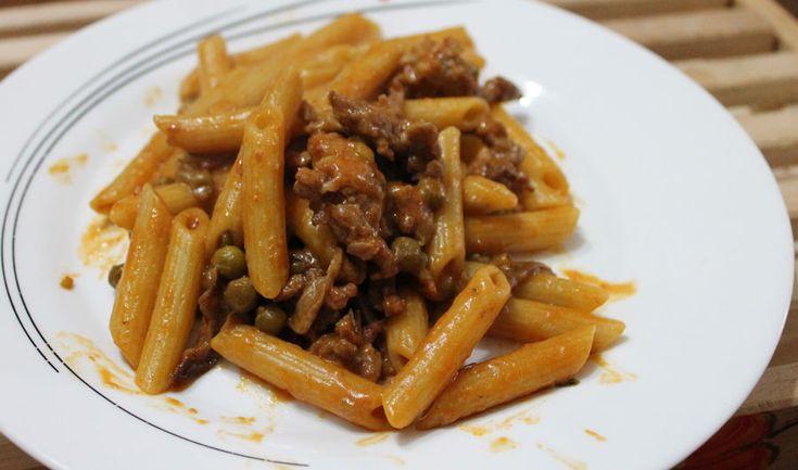 Le Penne alla boscaiola con salsiccia, funghi, piselli e panna sono un primo piatto corposo dai sapori contadini che conquistano anche i palati più fini.