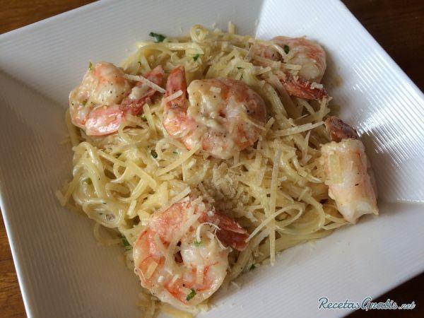 Aprende a preparar pasta Alfredo con gambas con esta rica y fácil receta.  Para los amantes de la pasta y los mariscos esta receta es perfecta. Los espaguetis...