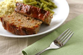 古くから作られている、本場の味わいのアメリカ南部風ミートローフ。メインの牛ひき肉の他に、バルクソーセージ(ブレックファスト・ソーセージ)と、セロリ・グリーンベルペッパー(パプリカ等で代用可)・玉ねぎの3種類の野菜を使っているのが南部の特徴です。ひき肉のたねを型に詰めてオーブンで1回焼き、さらにソースを表面に塗って再度軽く焼くことで、しっかりと味が付いて深みのある味わいに♪