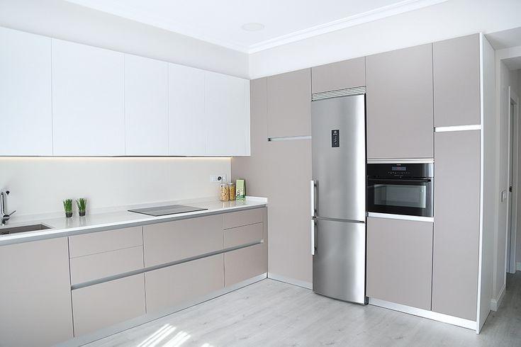 COCINA ABIERTA AL SALóN CON LAMINADO ANTIHUELLAS Y ENCIMERA DE SILESTONE - Blog de Línea 3 Cocinas, Diseño, decoración y reforma de cocinas en