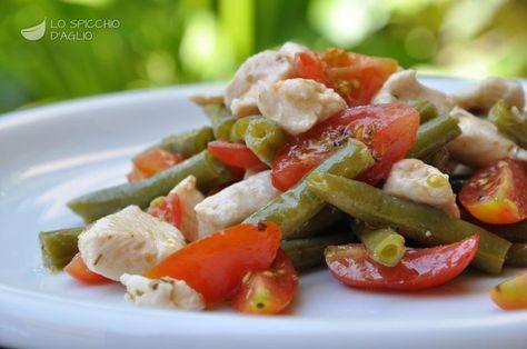 L'insalata di pollo, pomodori e fagiolini è una gustosa insalata fredda, tipica del periodo estivo, non soltanto per il caldo, ma anche perchè fagiolini e pomodori in estate esprimono al meglio il loro sapore.