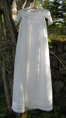 Lyst Form - Dopklänning i linne med detaljer av handgjorda fattigmansspetsar. En klänning att låta gå i släkten.