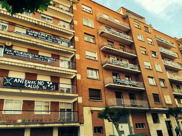 Los vecinos de Salvino Sierra protestando en contra de las antenas de telefonía móvil