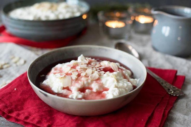 Riskrem er julens enkleste og beste dessert. Her er to forslag til deilig rød saus som løfter julefavoritten riskrem til nye høyder. Oppskrift på riskrem.