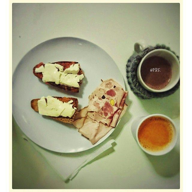 Hoy desayunamos tarde. Es viernes, la jornada puede alargarse, llega el fin de semana... Comenzamos el día con unas tostadas acompañadas de fiambres de pollo relleno al horno y pavo relleno de pistachos de La Cuina. Ñam!