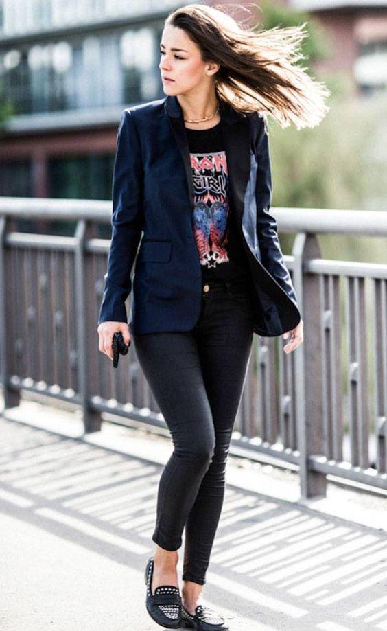 Blazer peto, t-shirt de banda, calça preta, mocassim