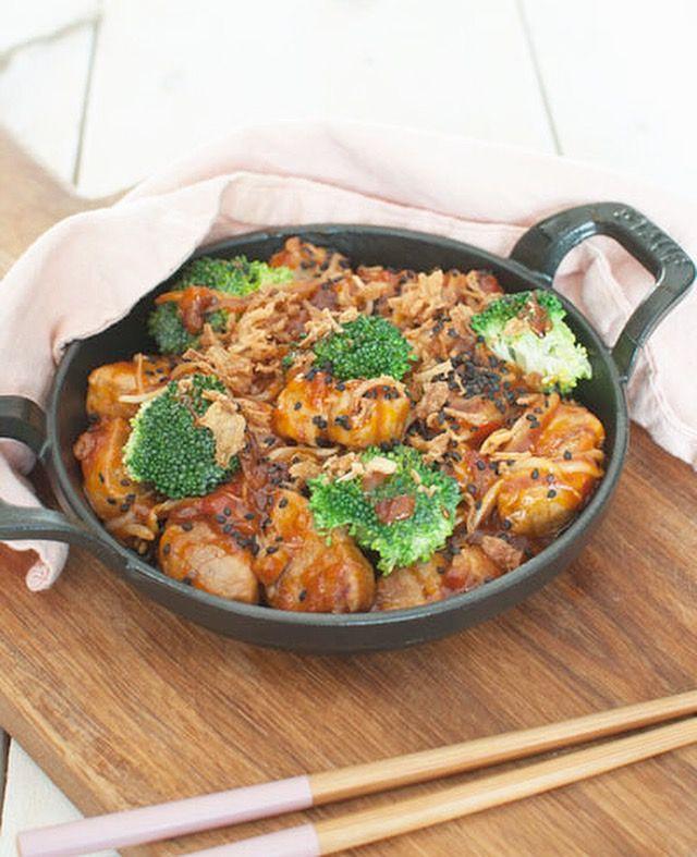 Dit zoetzuur varkensvlees met taugé en broccoli is zo lekker dat je er tijdens het koken moeilijk vanaf kunt blijven. Lekker met witte (pandan)rijst.