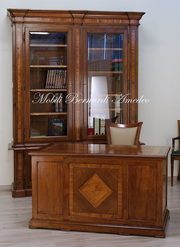 Classic bookcase and desk, solid walnut with olive wood inlays, made in Italy. Libreria e scrivania in stile classico, noce massello con intarsi in olivo.