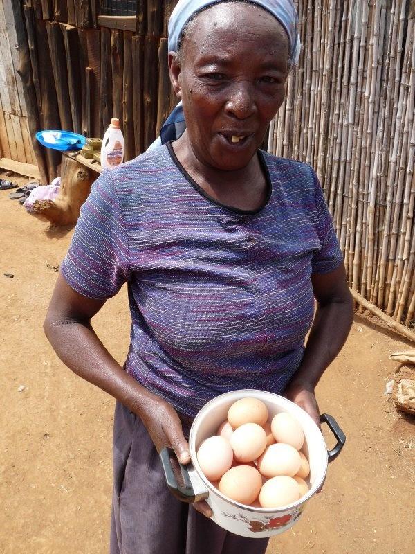 Od teraz majú tieto rodiny dostatok vajíčok pre osobnú spotrebu. Z predaja zvyšných vajíčok si kúpia krmivo a zabezpečia staroslivosť o kurníky.