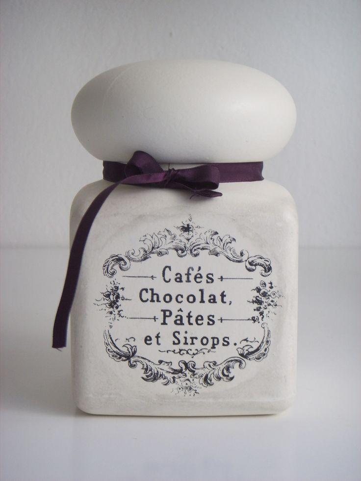 Dóza Ma Maison Velká dóza s poklopem a překrásnou etiketou ve vintage stylu s nápisem Cafés, Chocolat, Pates et Sirops na uskladnění různých pochoutek. Ozdobená fialovou mašličkou. Krásný doplněk do stylové kuchyně. Rozměry: výška 16,5 cm, průměr 10,5 cm, objem 1l Barva: bílá Materiál: plast