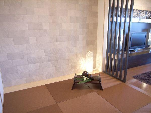 インテリアコーディネート 和室 凸凹のある自然素材の壁面が畳に存在感を与えます。 エコカラットは湿度調節や、脱臭効果がある注目の壁です。