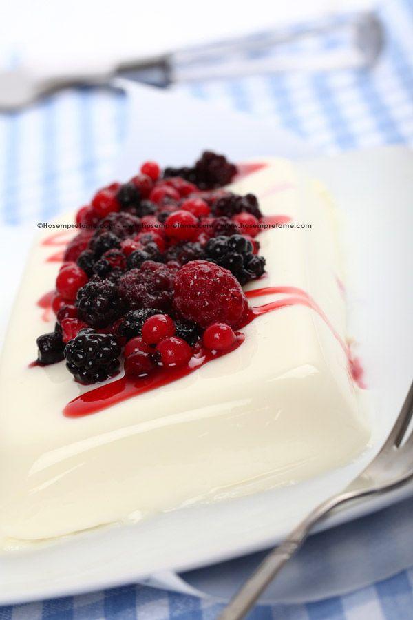 PANNA COTTA CON I FRUTTI DI BOSCO. Uno dei più classici dessert della cucina italiana, servito con una delicata salsa ai frutti di bosco.  #pannacotta #frutta #fruttidibosco #dolce #dessert