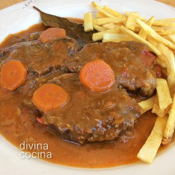 Este receta de jarrete de ternera guisado es la tradicional de los grandes guisos de carne. La salsa resulta consistente y sabrosa.