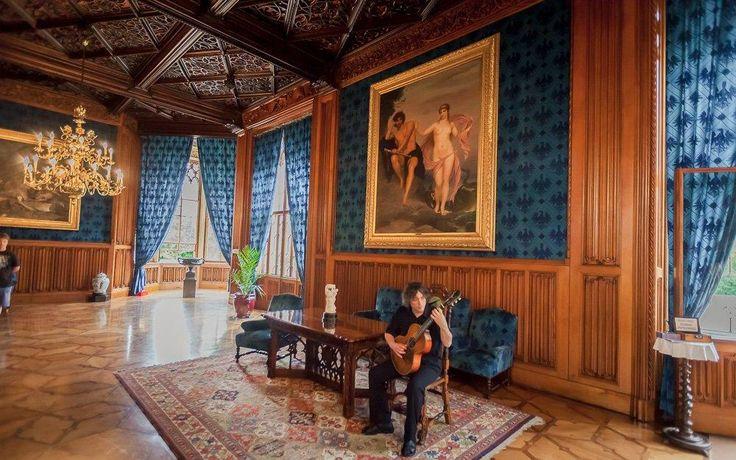 Синий танцевальный зал. Наибольший интерес в нем вызывает потолок, в деревянные ромбы которого вставлены резные деревянные кружева. Эти узоры ромбов не повторяются.
