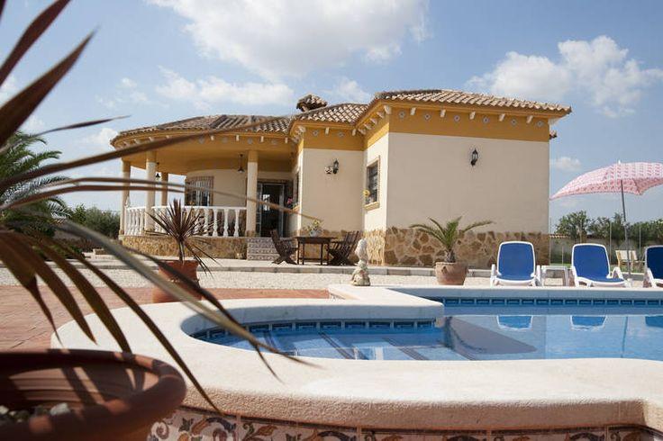 Costa Blanca in de plaats Catral is dit vakantiehuis te vinden welke ruimte kan bieden tot aan tien personen. Perfect voor een vakantie in Spanje.