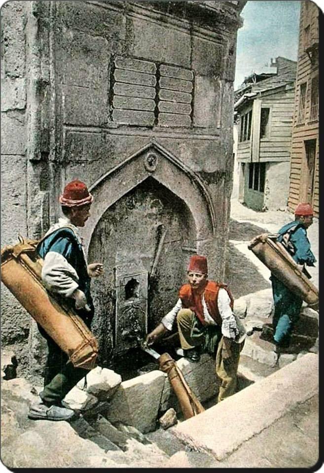 Osmanlı Saka teşkilatı mensupları 1900'lerde Eyüp Akarçesme'den kırbalarını doldururlarken.