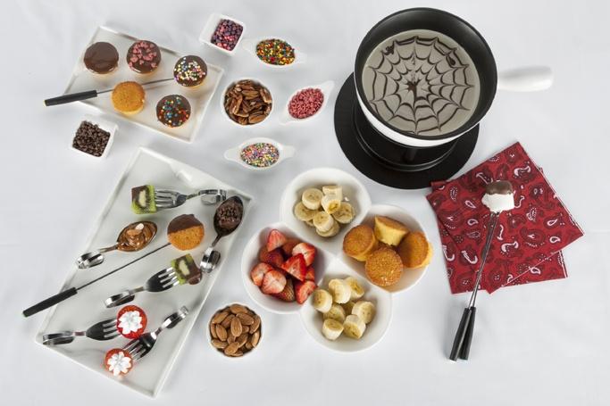 Un delicioso y dulce fondue acompañado de ricas frutas y pastelillos.