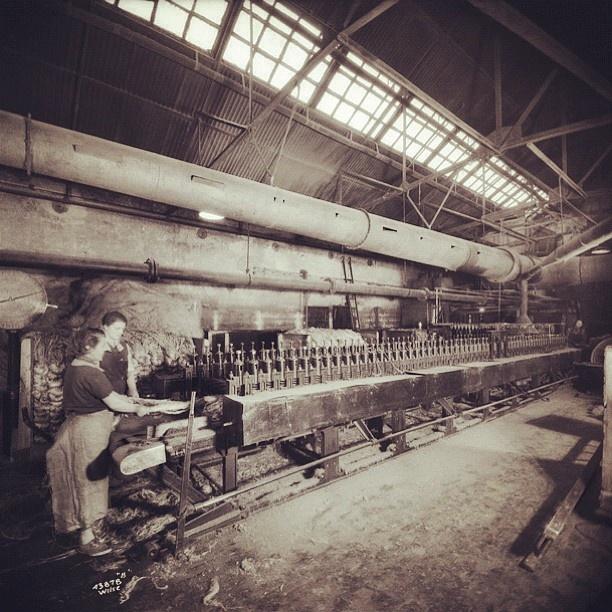"""@akerselvadigitalt's photo: """"Instagram anno 1935. Som ellers på fabrikkene langs #akerselva arbeidet man seks dager i uka på Christiania Seildugsfabrik #seilduken, fra seks til seks.  I 1913 fikk de som hadde arbeidet i fem år, ferie i tre dager. Arbeidslokalene var mørke, støvete og bråkete. Elektrisk belysning fikk man i 1879."""""""