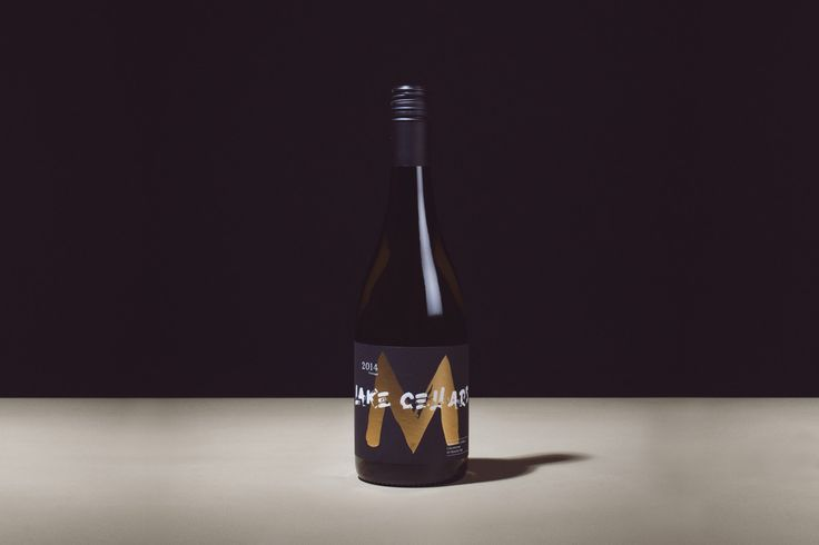 Moses Lake Cellars is a luxury West Coast American wine brand created by Thirst. This concept is an exploration of a premium wine brand being presented in a unique way.