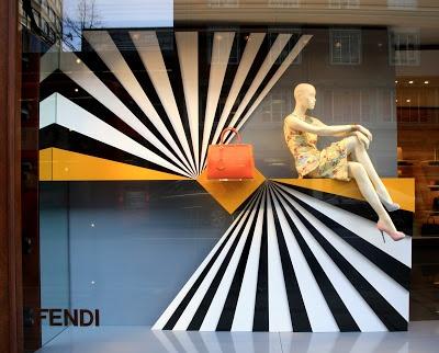 FENDI  window display. #retail #merchandising #window_display Adrian: escaparate de fendi con un producto expuesto que produce sensacion de exclusividad y elegania