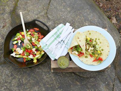 """Sommeren byr på mange flotte anledninger til å nyte maten ute i det fri. Vi gir deg en ny vri på noen gamle slagere og gode tips til """"grønn"""" mat du kan ta med deg på tur."""