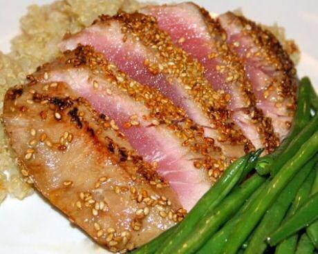 Tonijnsteak gepaneerd met sesamzaadjes: krokant gebakken van buiten en rood van binnen