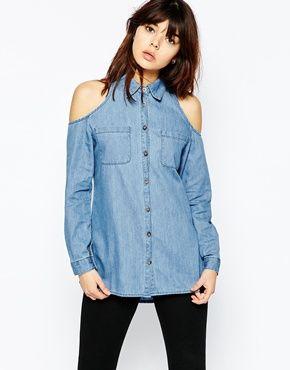 ASOS – Schulterfreies Jeanshemd in verwaschenem Mittelblau