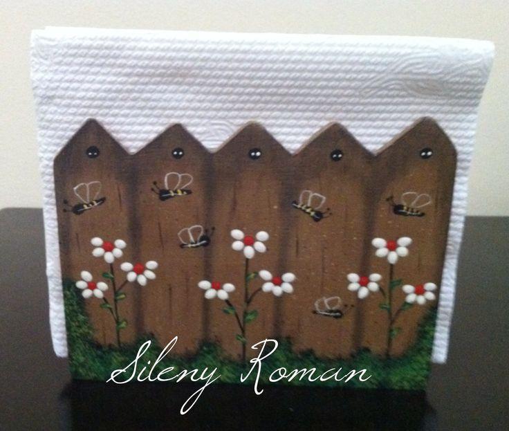Servilletero con decoración de cerca de madera con flores y abejas 2