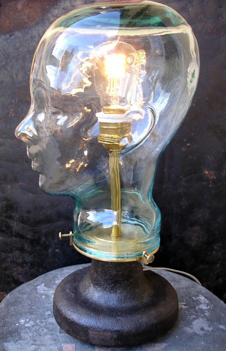 """Lampe """"Fiat Lux"""" à partir d'un socle de dameuse, griffes de lustre, tête en verre, douille laiton, ampoule Edison"""