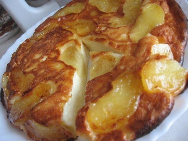 ТВОРОЖНО-ЯБЛОЧНАЯ ЗАПЕКАНКА 2 яблока 2 ст.л. слив. масла 1 ст.л. сахара (если есть, то коричневый) Для теста: 250 г. творога 2 яйца 3 ст.л. сахара щепотка соли 0,5 ст. сметаны 3 ст.л. муки (просеять)  Очистить яблоки и порезать на дольки.  Затем обжарить на сковороде (которую можно потом поставить в духовку) на сливочном масле.  Посыпать сахаром. 5 минут с одной стороны и 3 мин. с другой Приготовить тесто и залить им яблоки. . Подержать на огне еще несколько минут и поставить в духовку на…