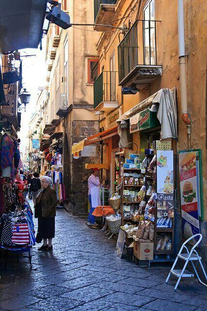 Sorrento Italia, sus calles repletas de tiendas.