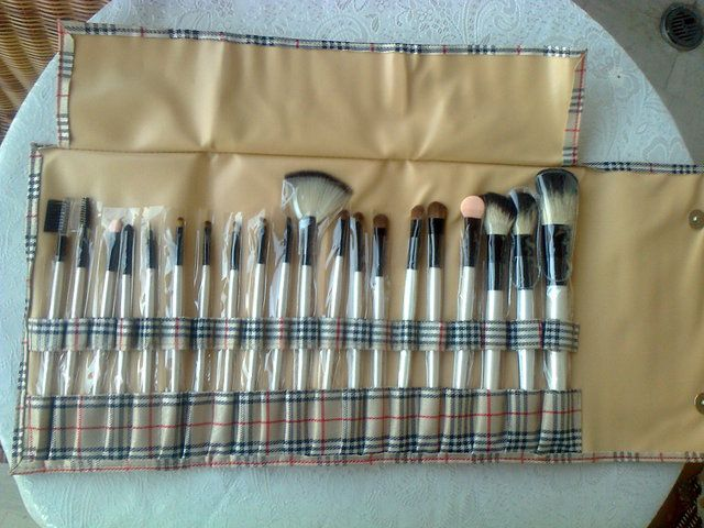 ' Professional Makeup 20 Brush Set in Case NEW' is going up for auction at 12am Sun, Aug 11 with a starting bid of $10.